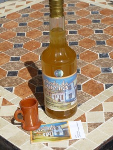Aguardente de medronho, o mel e o limao (Medronha with honey and lemon)